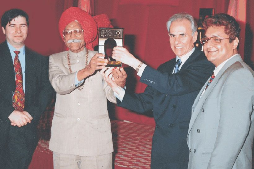 Mahashay Dharampal Gulati with Arch of Europe Award