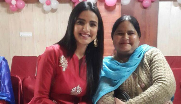 Jasmin Bhasin with her mother