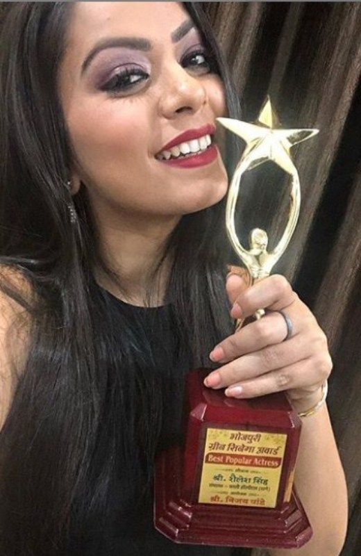 Nidhi Jha with her Bhojpuri Green Cinema Award