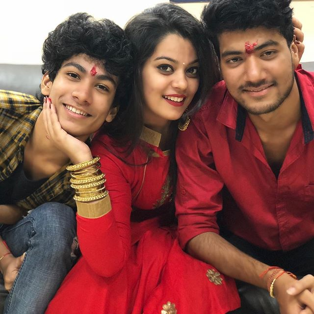 Nidhi Jha with her brothers
