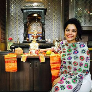 Anuja Sathe with the idol of Lord Ganesha