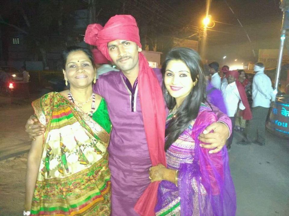 Naina Yadav with her brother and mother