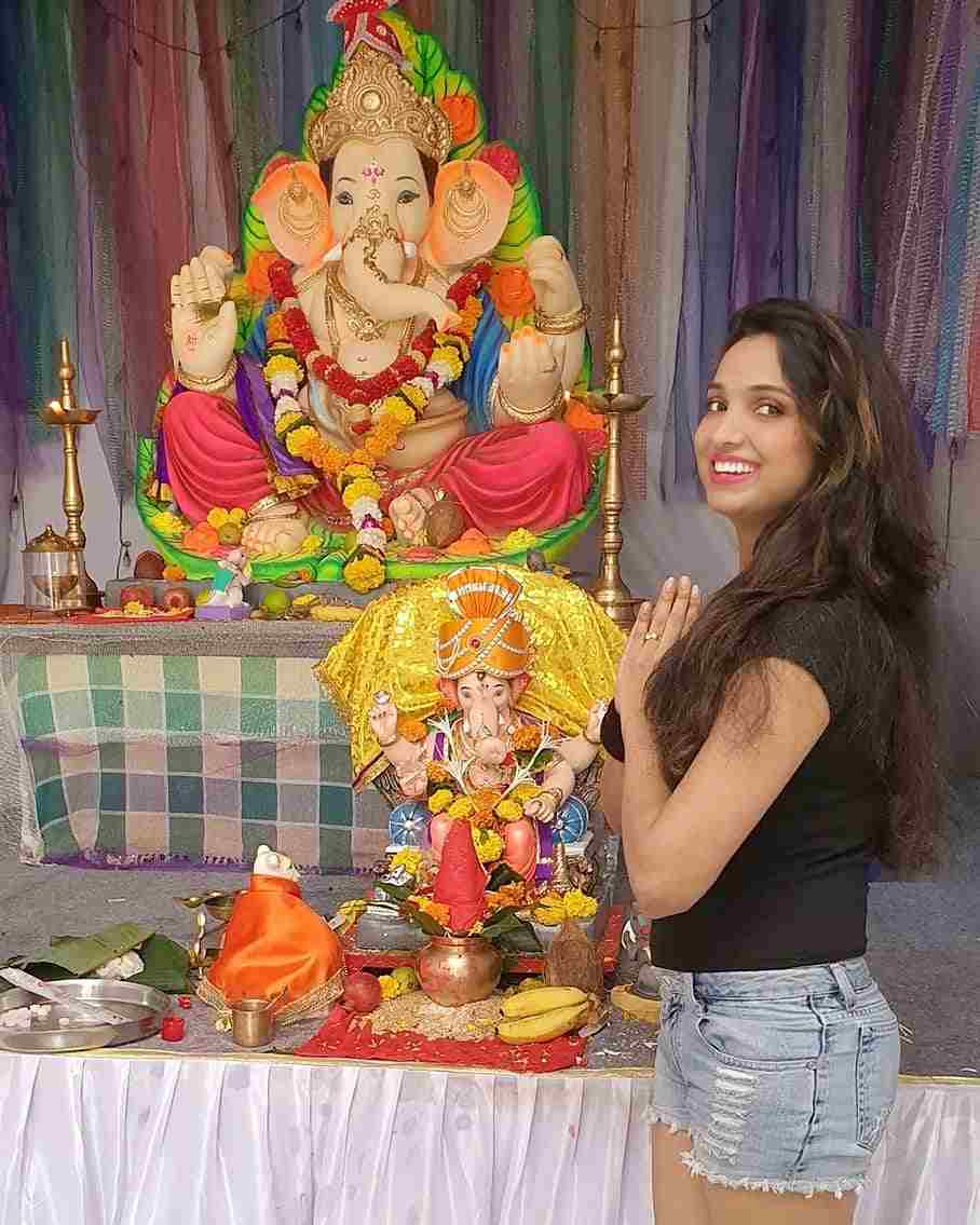 Garima Maurya with the idol of Lord Ganesha