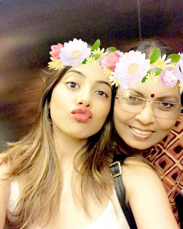 Nikki Tamboli with her mother