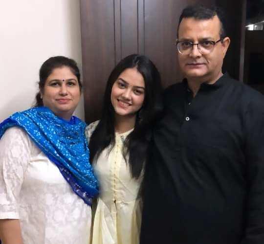Priyal Mahajan with her father and mother
